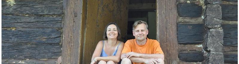Maciej i Monika na stopniach shodków wejściowych do swojej chaty na wsi